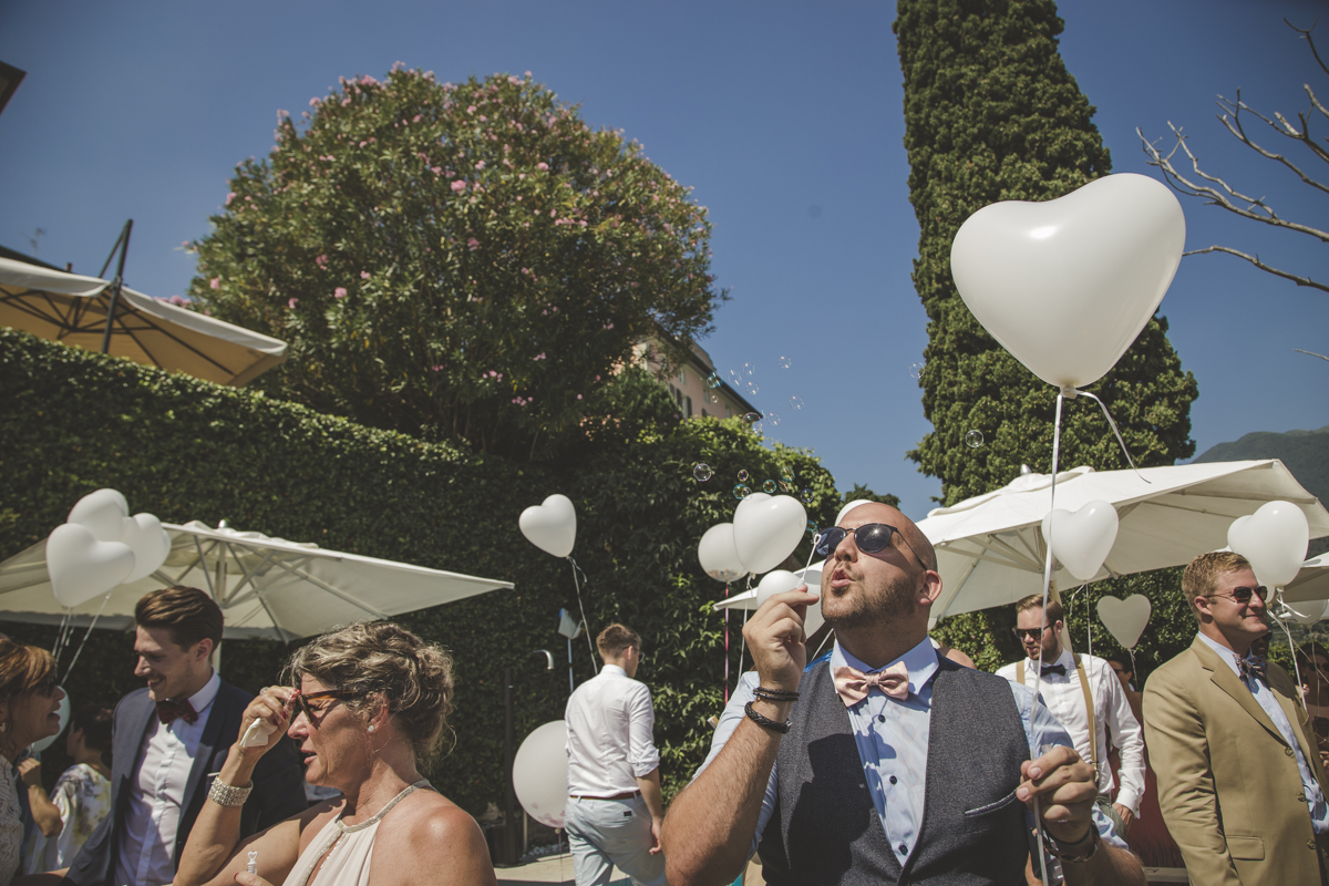 Baloons and Bubbles for the Ceremony A destination wedding in Como Lake