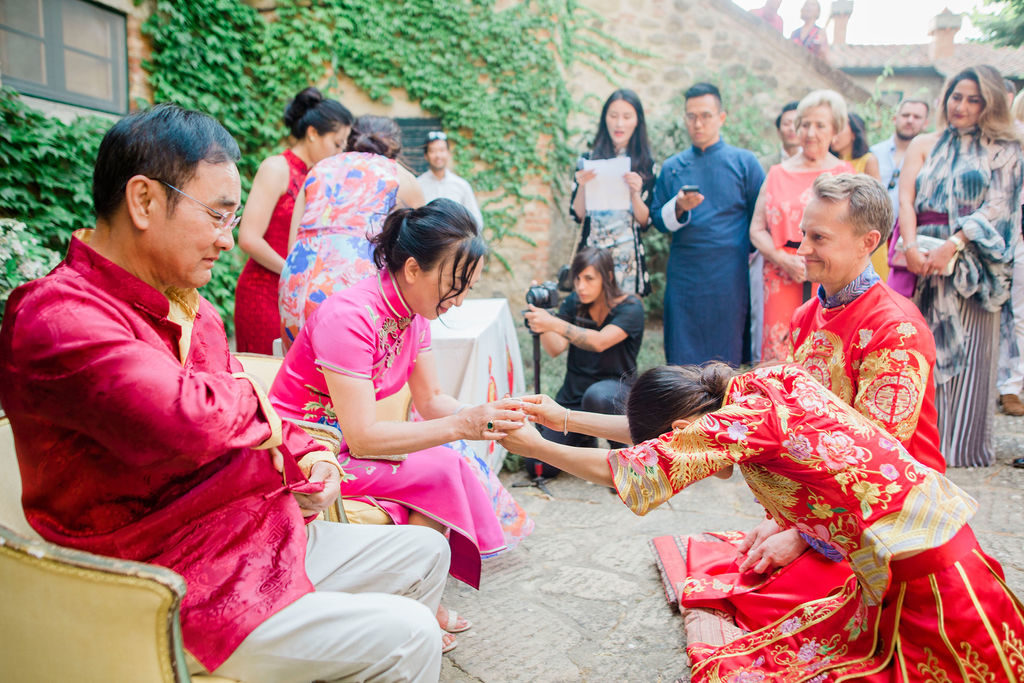 Bride offers tea to her family - Chinese Tea Ceremony in Italy- Italian Wedding Designer